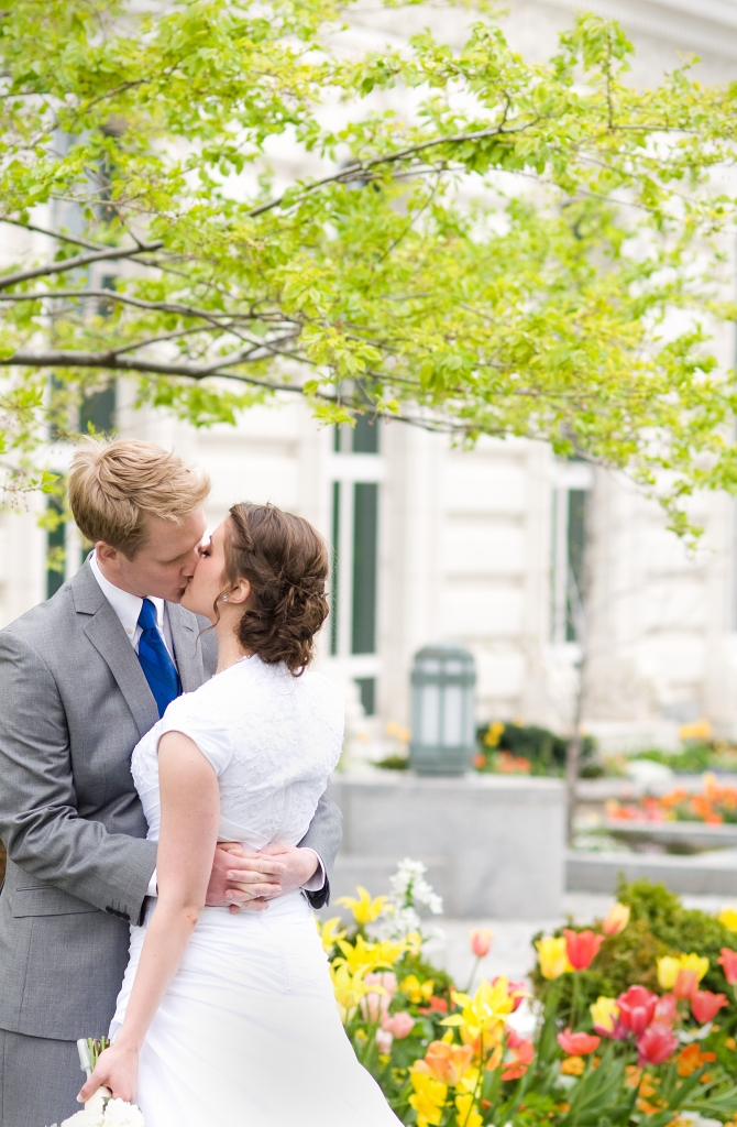 salt-lake-city-temple-lds-bride-groom-wedding-photography-portrait-wedding-salt-lake-kiss-lds-temple-romantic
