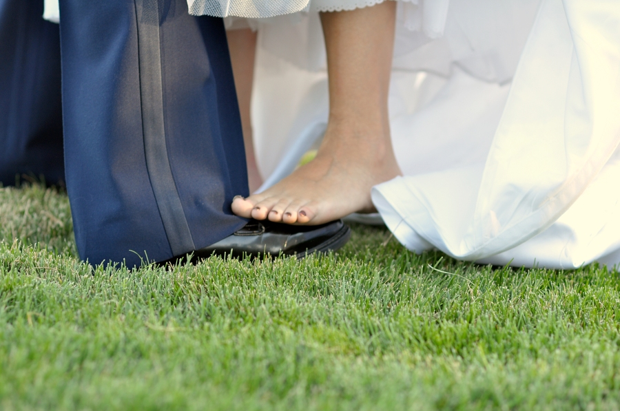 salt-lake-city-temple-lds-bride-groom-wedding-photography-portrait-dancing-feet-barefoot