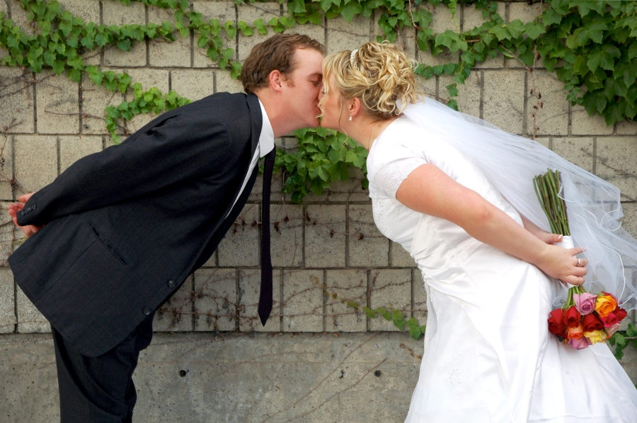 salt-lake-city-temple-lds-bride-groom-wedding-photography-portrait-couple-kiss-ivy